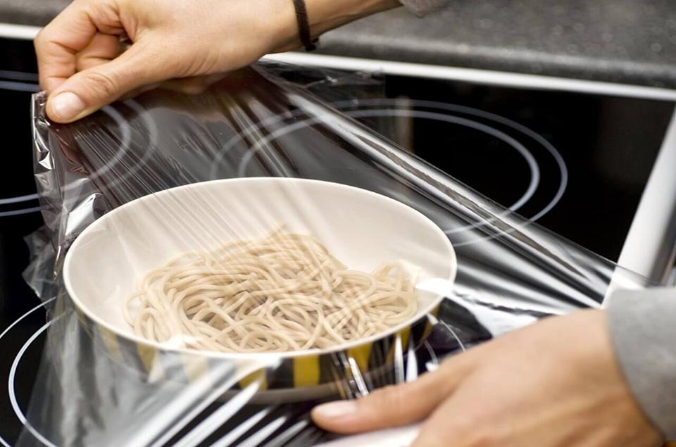Dùng màng ni lông bọc đồ ăn có an toàn hay không?