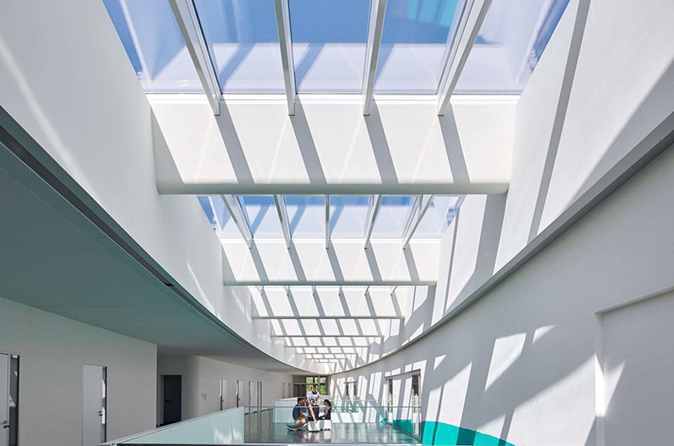 Làm mái giếng trời bằng vật liệu gì thì tốt nhất kính hay tấm nhựa?