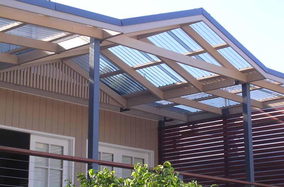 Có nên dùng tấm lợp polycarbonate để lợp mái nhà ở lấy sáng?